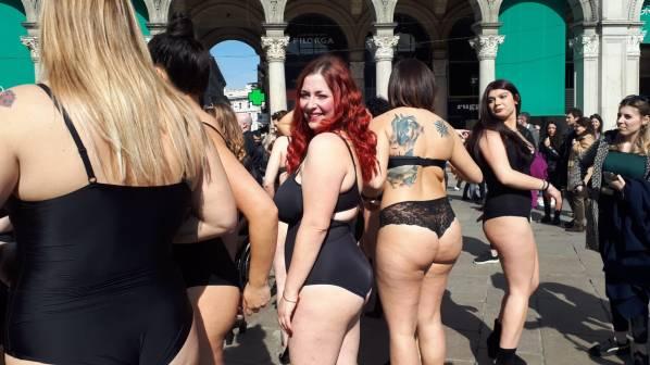Valentina parenti in attesa di sfilare con le altre ragazze