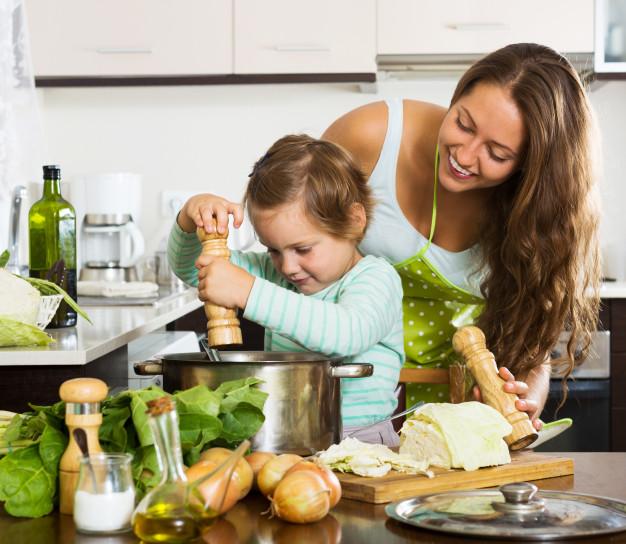 zuppa-di-cucina-di-famiglia-felice_1398-4973