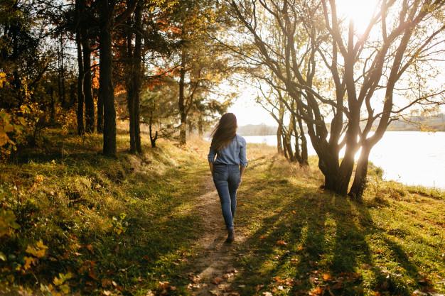 giovane-coppia-innamorata-una-storia-d-amore-nel-parco-forestale-d-autunno_1328-2020.jpg