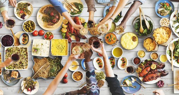 felicita-degli-amici-che-gode-del-concetto-di-cibo-di-dinning_53876-72932