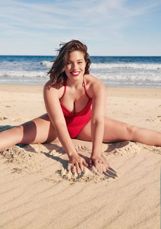 ashley-graham-beach-1559811097